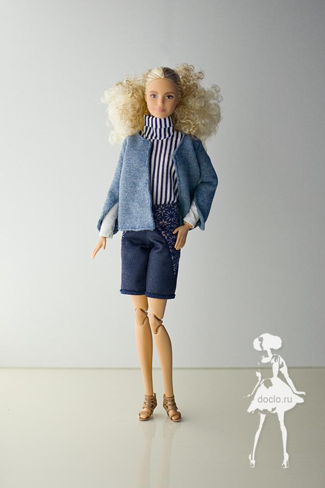 Фотография куклы барби в полный рост в шортах, кофте и рубашке