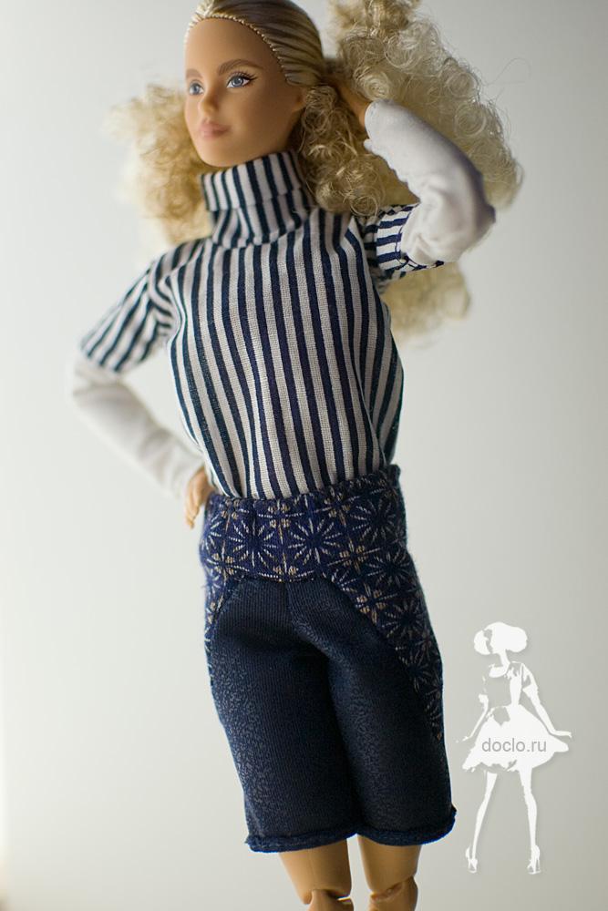 Приближенная фотография куклы барби в шортах и рубашке