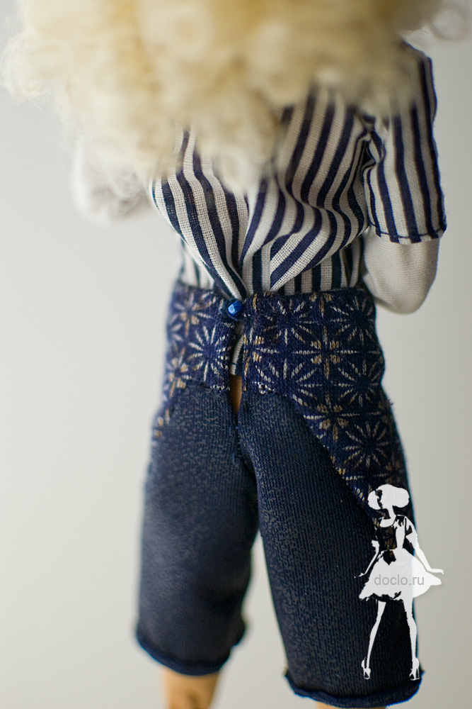 Фотография куклы barbie в шортах и рубашке, вид сзади, приближенный