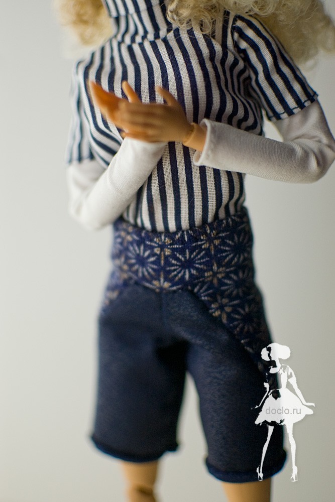 Фотография barbie в шортах и рубашке вблизи