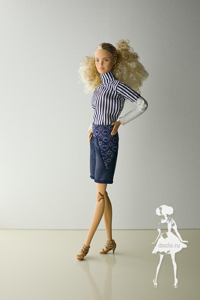 Фотография barbie в шортах и рубашке в полный рост