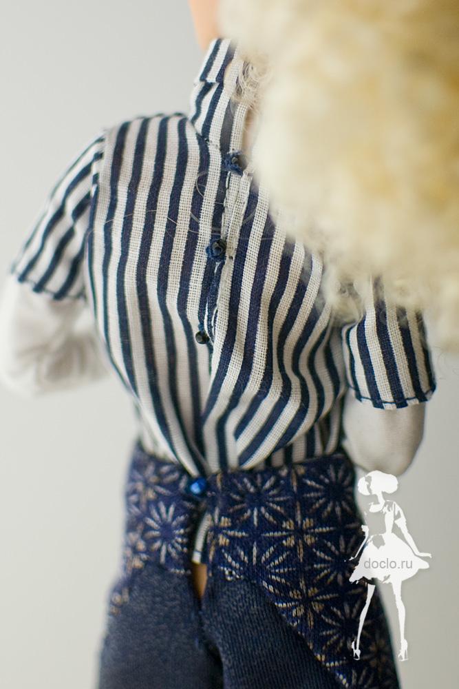 Фотография barbie в рубашке вблизи сзади
