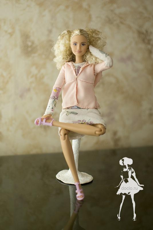 Фотография куклы барби в платье миди в свободном стиле и кофточке с капюшоном на стуле