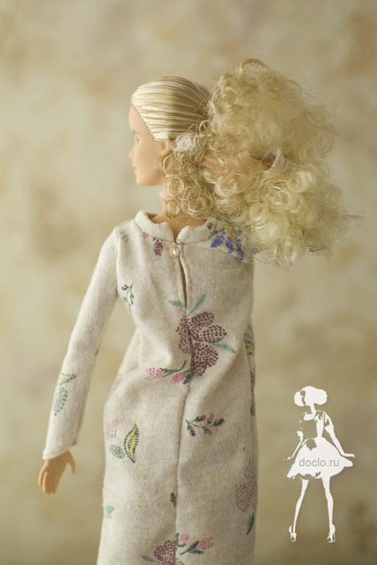Кукла барби в платье миди в свободном стиле, увеличенная фотография вид сзади