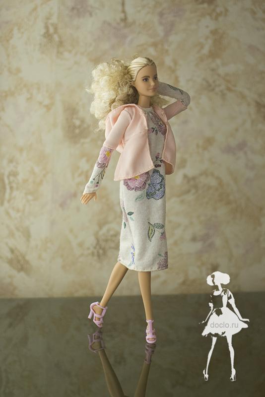 Фотография куклы барби в платье миди в свободном стиле и кофточке с капюшоном