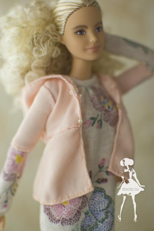 Кукла барби в платье миди в свободном стиле и кофточке с капюшоном, увеличенная фотография