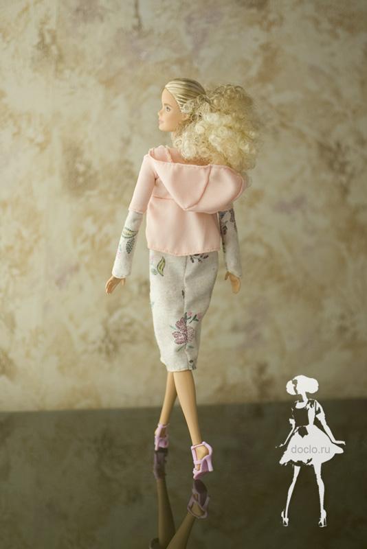 Фотография куклы барби в платье миди в свободном стиле и кофточке с капюшоном, вид сзади