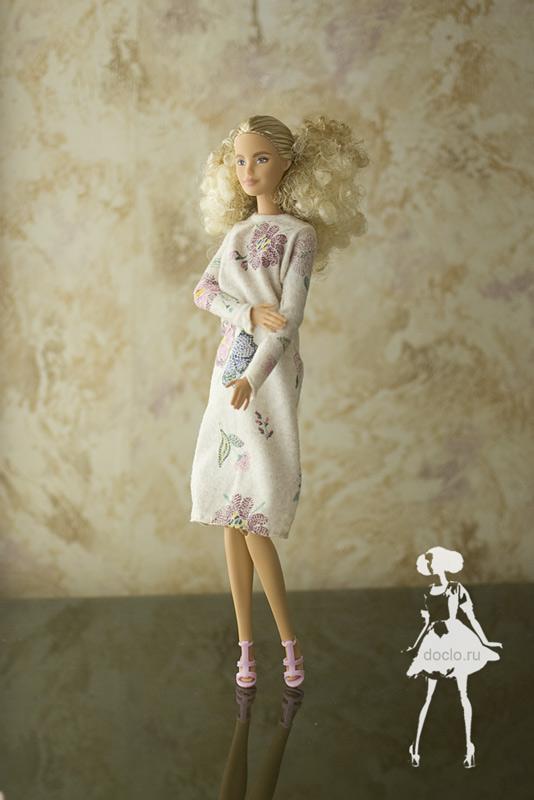 Фотография куклы барби в платье миди в свободном стиле