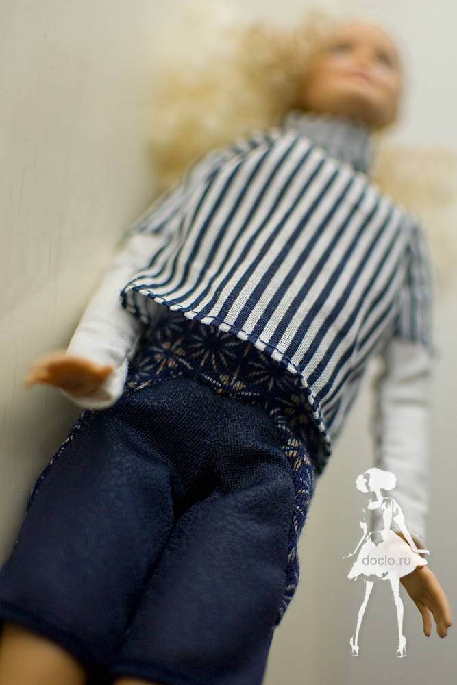 Фотография barbie в рубашке и шортах вблизи