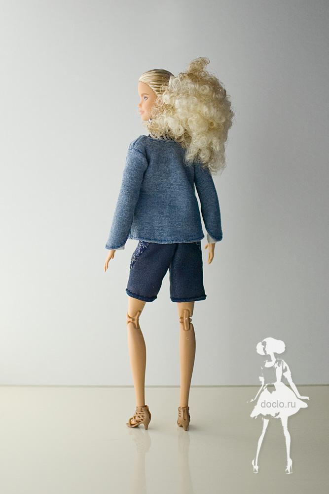 Фотография куклы barbie в полный рост в шортах, кофте и рубашке, вид сзади