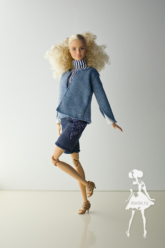 Фотография куклы barbie в полный рост в шортах, кофте и рубашке