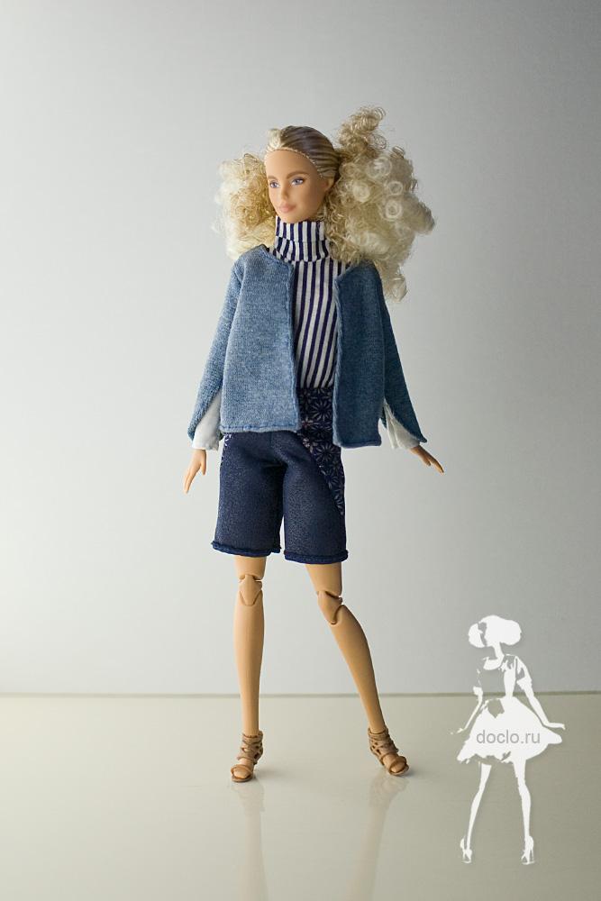 Фотография куклы барби в шортах, рубашке и кофте