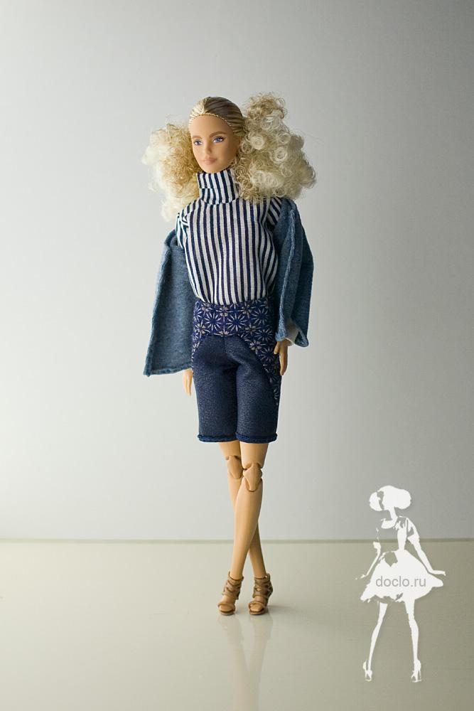 Фотография опущенной кофты на плечи на кукле барби